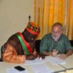 Le maire de Zorgho et le président de l'association signent la convention en 2013.